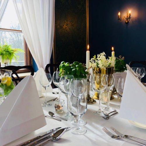 Zastawiony stół pod uroczysty obiad