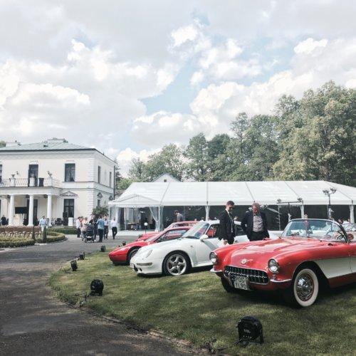 Zjazd zabytkowych samochodów w Pałac Rozalin