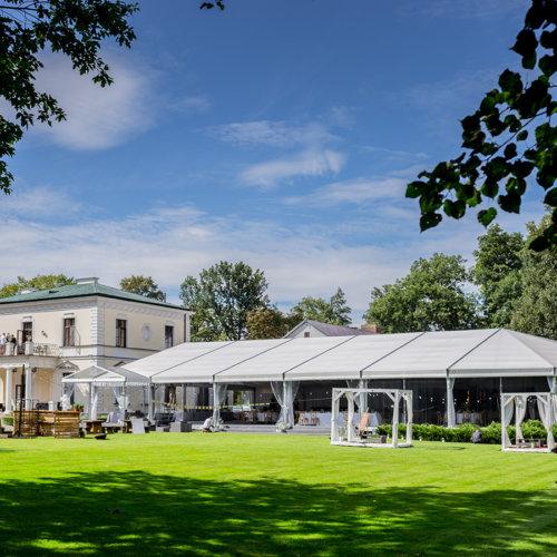 Widok na Pałac z parku