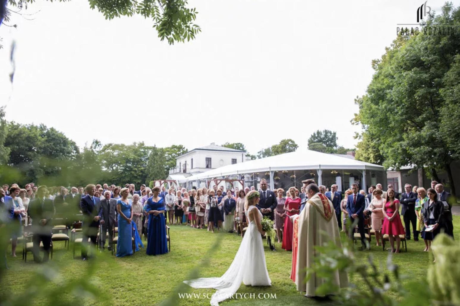 Ślub kościelny na terenie Parku Rozalin