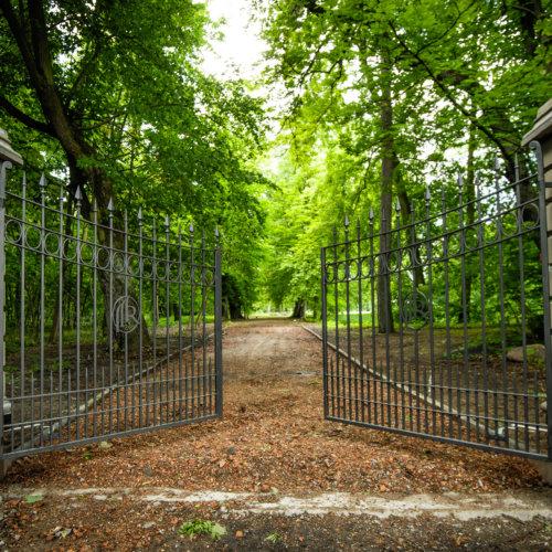 Brama wjazdowa do Pałacu Rozalin