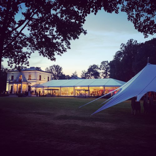 Impreza integracyjna nocą