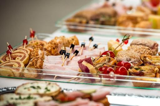 Jedzenie dla osób na imprezie firmowej