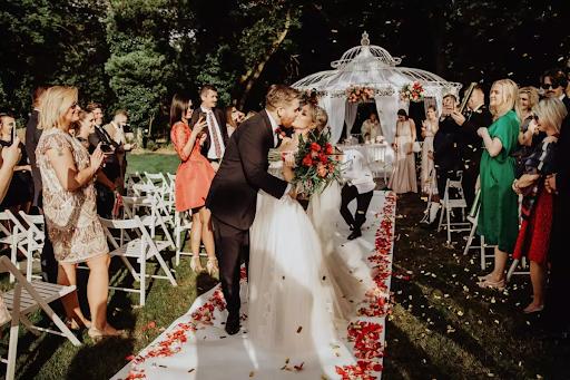 ślub kościelny w ogrodzie pałacu pod Warszawą